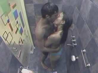 Gran Hermano 2 Argentina. Pablo Heredia y Alejandra Martínez en la ducha.